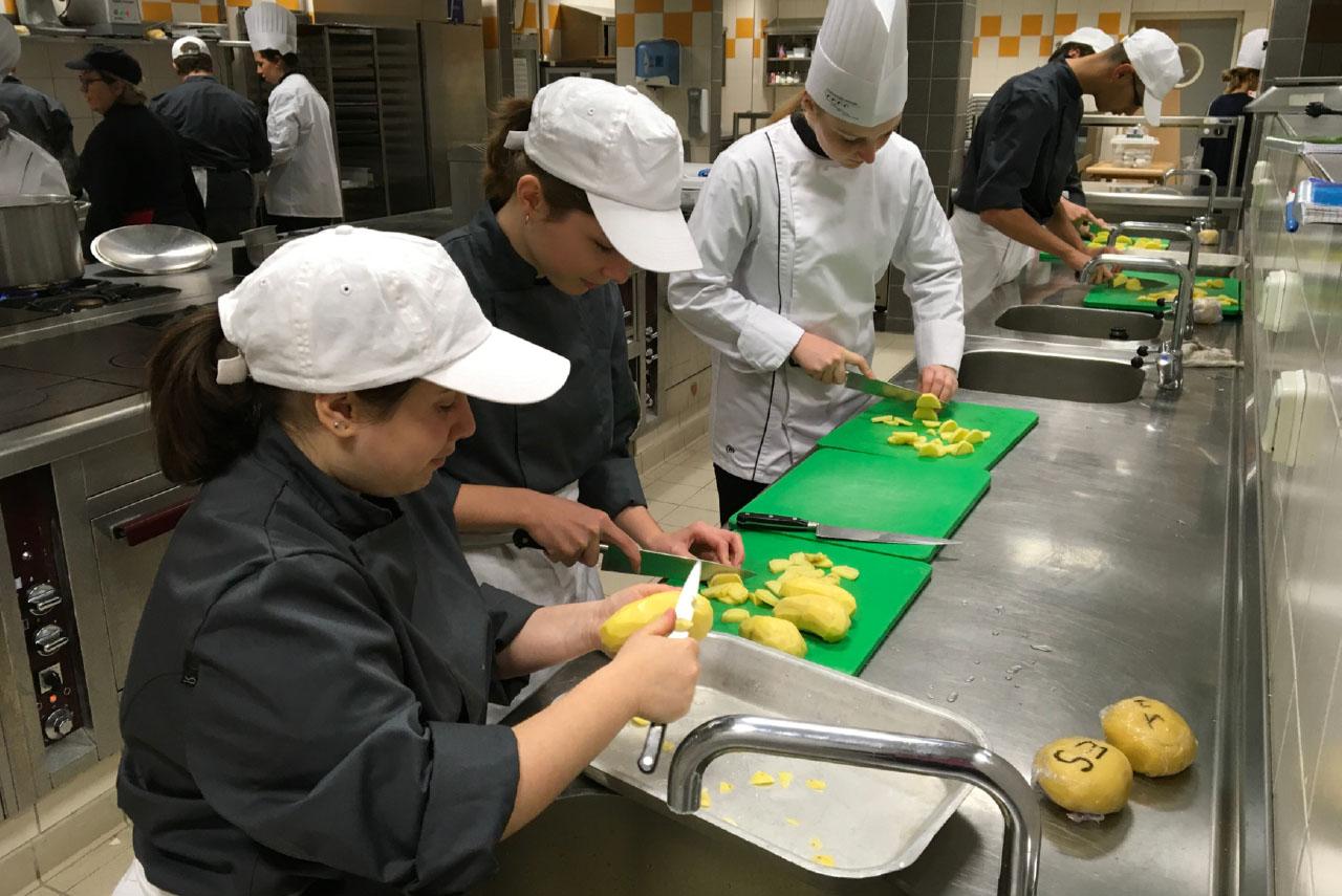 Foto Azubis beim Kartoffelschneiden