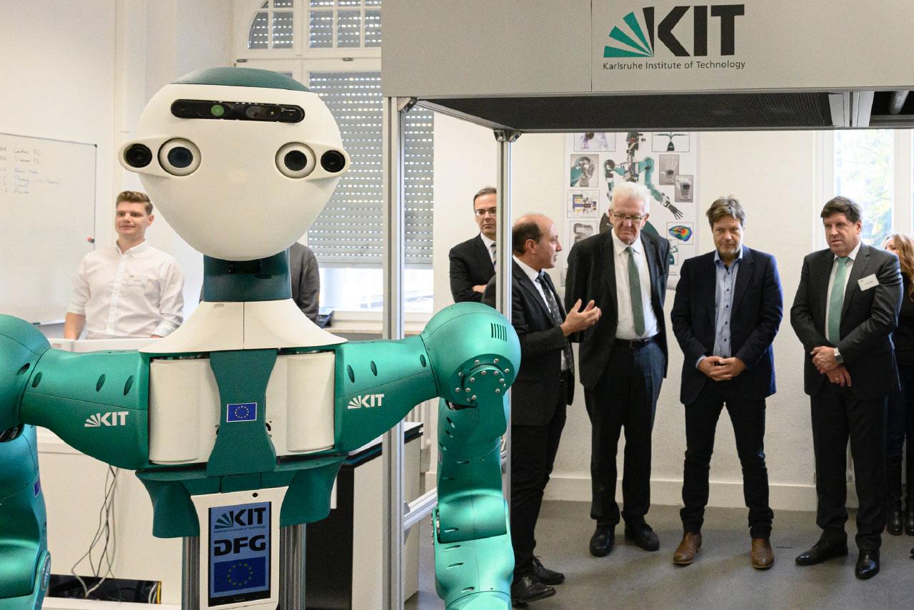 Robot-assistant humanoïde au KIT : visite du labo avec le Ministre-président du Bade-Wurtemberg Winfried Kretschmann.